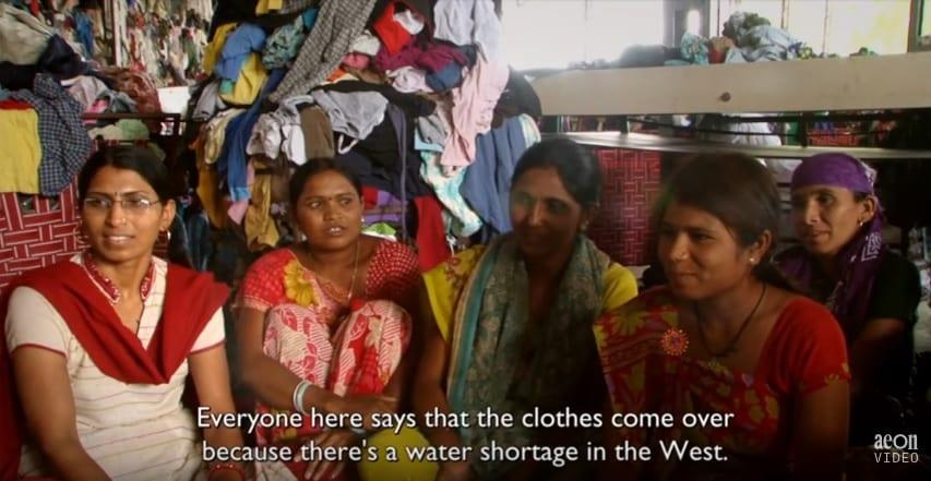 da8d92bf19 Megveszik a ruhákat, hordják néhányszor, aztán mivel drágább lenne mosni,  mint újat venni, inkább eldobják őket. Ezért kerülnek alig használt  állapotban ...