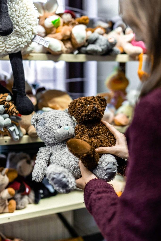 Játékok és plüssök is kaphatók a Cseriti adományboltban
